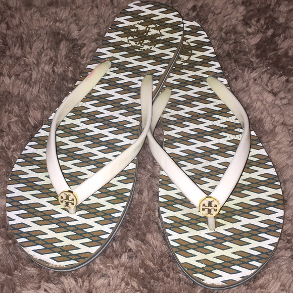 d69db945cb1c6 Tory Burch graphic white gold flip flop sandals. M 5b4ec2e25fef37a759eddcb7